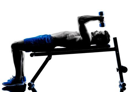 seins nus: une homme caucasien exercices poids de fitness exercice Banc de presse en silhouette studio isol� sur fond blanc
