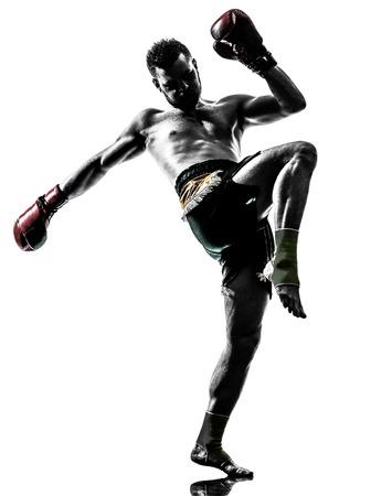 arte marcial: un hombre haciendo ejercicio de boxeo tailand�s en el estudio de la silueta sobre fondo blanco