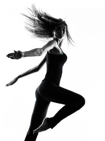 silueta bailarina: una mujer bailarina bailando en el estudio de la silueta aislado en el fondo blanco