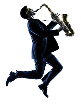 saxofón: saxofonista saxofonista de juego de un hombre caucásico en el estudio de la silueta aislado en el fondo blanco