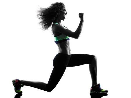 스튜디오 실루엣에서 한 흑인 여자 여자 댄서의 춤 운동은 흰색 배경에 고립