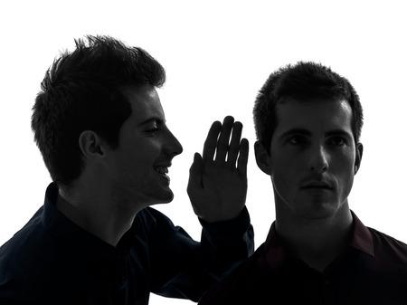 2 つの若い男性に影響を与える影の白い背景の概念