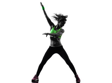 een Afrikaanse man te oefenen fitness zumba dansen in silhouet op een witte achtergrond