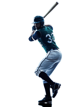 白い背景で隔離のスタジオ シルエットで遊ぶ 1 つの白人男性野球選手