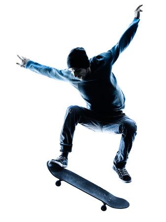 een blanke man skateboarder skateboarden in silhouet op een witte achtergrond