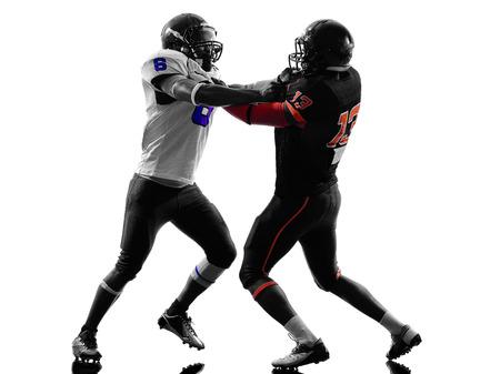 jugando futbol: dos jugadores de fútbol americano en la línea de golpeo que sostienen en silueta sombra fondo blanco