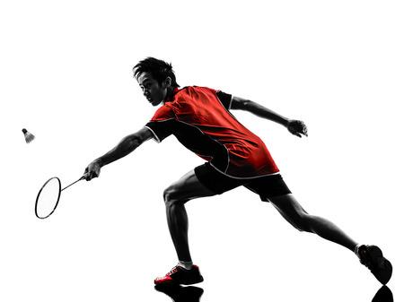 acion: hombre joven jugador de bádminton asiático en silueta aislado fondo blanco