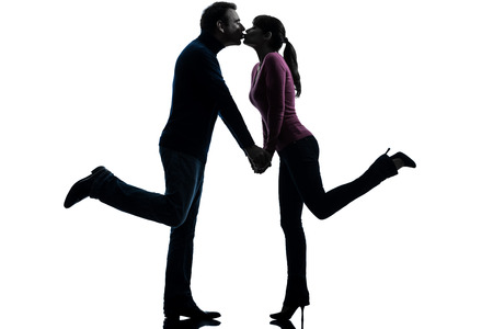 enamorados besandose: los amantes de la mujer por el hombre una pareja besándose en estudio de la silueta aislado en el fondo blanco