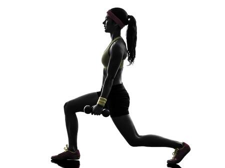 lunges: una mujer estocadas de entrenamiento de fitness ejercicio de entrenamiento con pesas en cuclillas en silueta sobre fondo blanco Foto de archivo