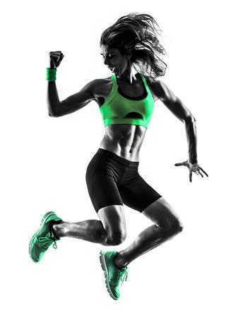 een blanke vrouw te oefenen fitness springen in studio silhouet geïsoleerd op witte achtergrond