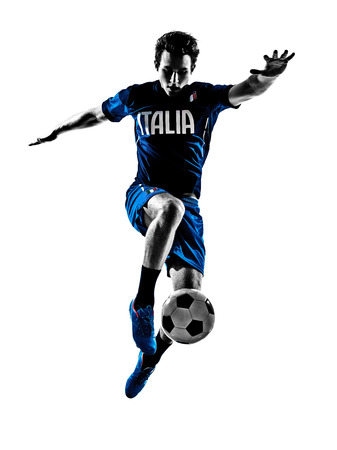 jugando futbol: un hombre italiano futbolista saltar a jugar al fútbol en la silueta de fondo blanco