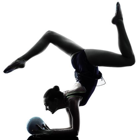 een blanke vrouw te oefenen Ritmische Gymnastiek in silhouet op een witte achtergrond