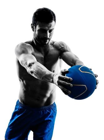 ein kaukasisch Mann mit der Ausübung Fitness Gewichte Medizinball Übungen im Studio Silhouette auf weißem Hintergrund isoliert