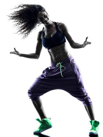 persone che ballano: una donna africana donna esercizi zumba ballerina danza in studio silhouette isolato su sfondo bianco