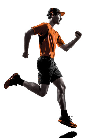 hacer footing: una joven basculador hombre running trotar en silueta aislados sobre fondo blanco