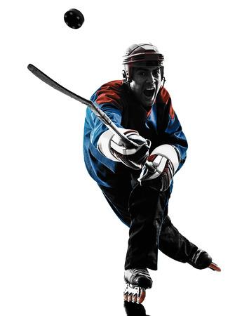 ein kaukasisch Mann Hockeyspieler im Studio Silhouette auf weißem Hintergrund isoliert