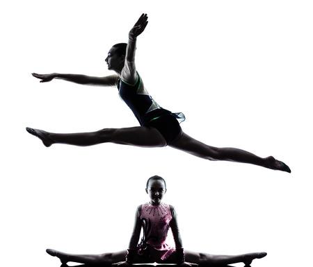 gimnasia ritmica: una mujer cauc�sica adolescente y peque�a ni�a ejercicio de gimnasia r�tmica en silueta aislados sobre fondo blanco