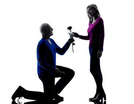 siluetas de enamorados: una pareja caucásica propuesta mayor del amor seducción silueta en estudio de la silueta aislado en el fondo blanco