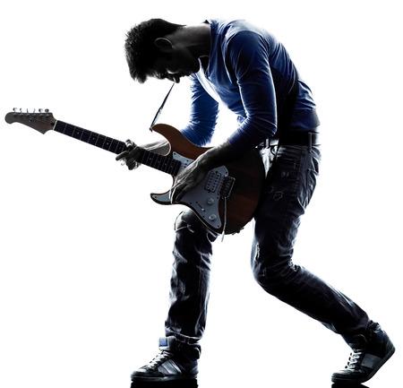 silueta: reproductor de un hombre caucásico de juego guitarrista eléctrico en el estudio de silueta aislados sobre fondo blanco