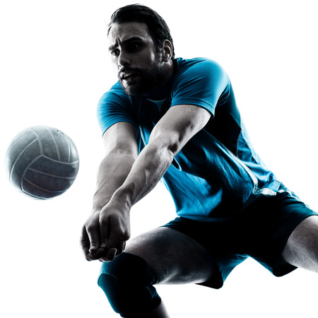 pelota de voleibol: un hombre cauc�sico de voleibol en la silueta del estudio aislada en el fondo blanco