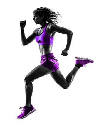 hacer footing: una mujer caucásica basculador running trotar en la silueta del estudio aislada en el fondo blanco