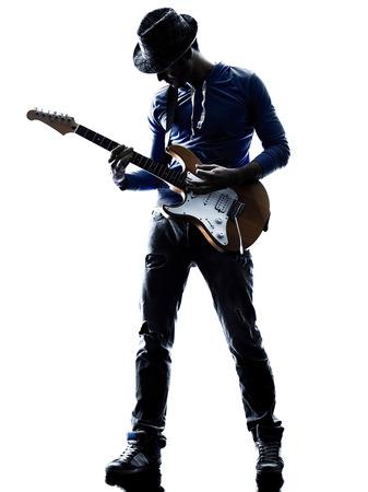silueta hombre: reproductor de un hombre caucásico de juego guitarrista eléctrico en el estudio de silueta aislados sobre fondo blanco