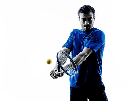 een blanke man spelen tennisser in de studio silhouet geïsoleerd op witte achtergrond