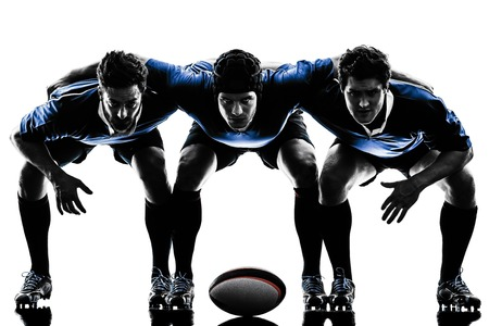 ein kaukasisch Männer Rugby Spieler im Studio Silhouette auf weißem Hintergrund isoliert