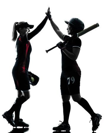 vrouwen spelen softbal spelers in silhouet op een witte achtergrond