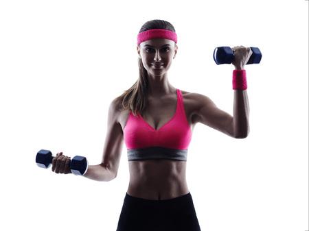 pesas: ejercicios de entrenamiento de pesos de la aptitud una mujer en el estudio de silueta aislados sobre fondo blanco