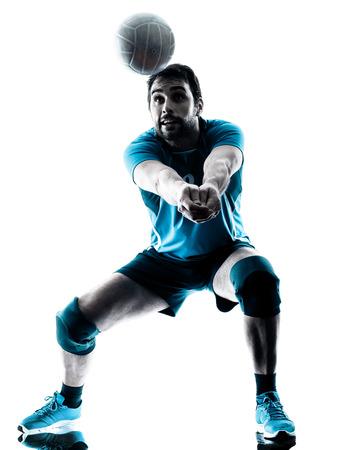 voleibol: un hombre caucásico de voleibol en la silueta del estudio aislada en el fondo blanco