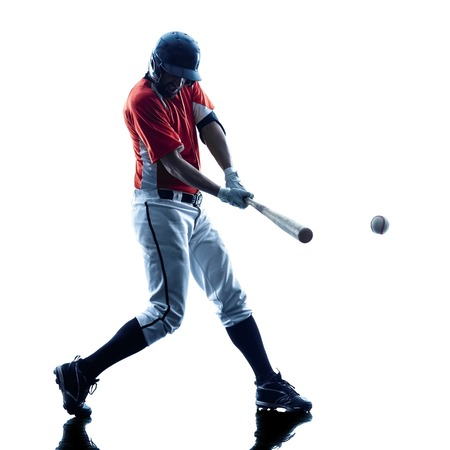 hombre caucasico: jugador de b�isbol de juego de un hombre cauc�sico en el estudio de la silueta aislado en el fondo blanco