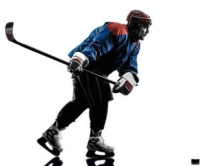 hockey hielo: jugador de hockey sobre hielo de un hombre caucásico en el estudio de la silueta aislado en el fondo blanco