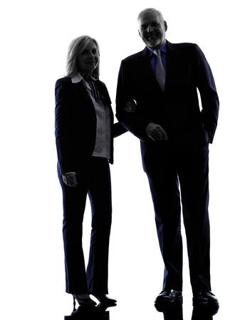 iluminado a contraluz: un caucásico silueta de pareja senior de pie en el estudio de la silueta aislado en el fondo blanco Foto de archivo