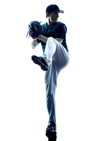 beisbol: jugador de béisbol de juego de un hombre caucásico en el estudio de la silueta aislado en el fondo blanco
