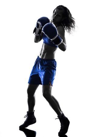 siluetas mujeres: una mujer kickboxing boxeador boxeo en silueta aislados sobre fondo blanco Foto de archivo