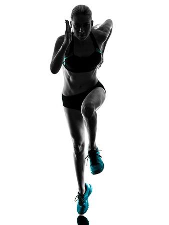 atleta corriendo: una mujer caucásica basculador running trotar en la silueta del estudio aislada en el fondo blanco