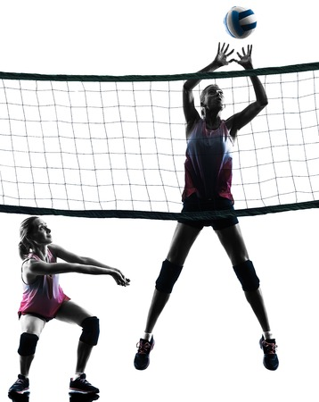 pelota de voleibol: dos mujeres cauc�sicas de voleibol en el estudio de la silueta aislado en el fondo blanco