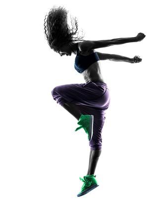 personas saltando: una mujer africana ejercicios de baile bailarina mujer en el estudio de silueta aislados sobre fondo blanco