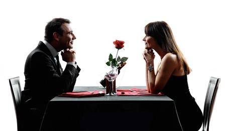 silueta humana: amantes par dinning en siluetas en el fondo blanco