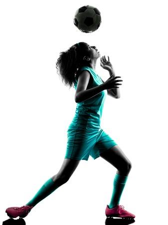 enfant qui joue: joueur jouant enfant fille de soccer d'un adolescent en silhouette isol� sur fond blanc