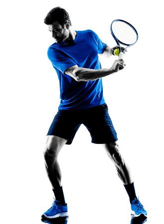 jugando tenis: jugador que juega al tenis un hombre caucásico en el estudio de silueta aislados sobre fondo blanco