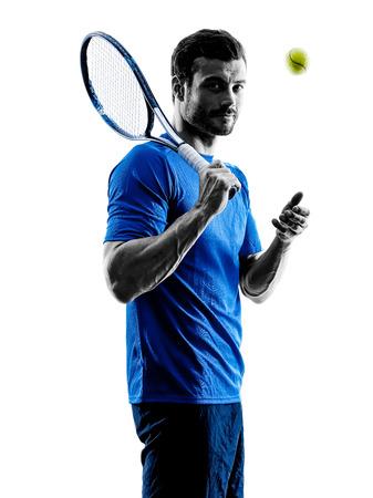 스튜디오 실루엣에서 한 백인 남자 테니스 선수 흰색 배경에 고립
