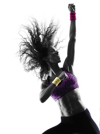 bailarinas: una mujer africana ejercicios de baile bailarina mujer zumba en el estudio de silueta aislados sobre fondo blanco