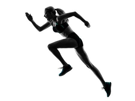 corriendo: una mujer caucásica basculador running trotar en la silueta del estudio aislada en el fondo blanco