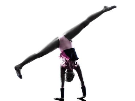 gymnastique: une petite fille caucasien enfant exercice de gymnastique rythmique en silhouette isolé sur fond blanc