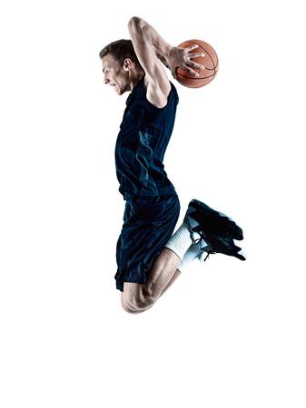 baloncesto: un caucásico jugador de baloncesto hombre aislado en la silueta de fondo blanco