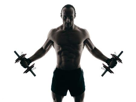 silueta humana: ejercicios del edificio del cuerpo de fitness ejercicio de un hombre caucásico en el estudio de la silueta aislado
