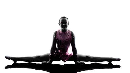 gimnasia: una mujer cauc�sica adolescente y peque�a ni�a ejercicio de gimnasia r�tmica en silueta aislados sobre fondo blanco