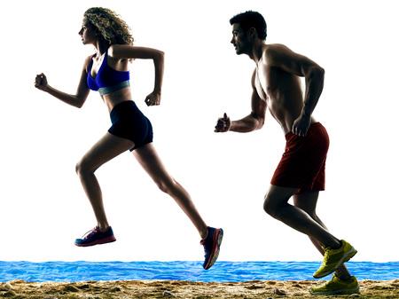 siluetas de mujeres: un hombre caucásico y la mujer en los corredores de la playa corriendo silueta aislados sobre fondo blanco